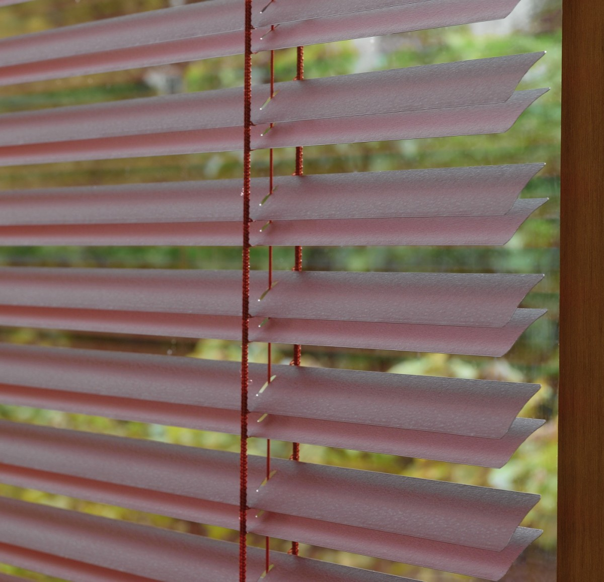 Luxaflex 25mm Red and Purple MegaView Metal Veneti